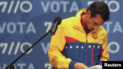 El candidato opositor Henrique Capriles se retira de una conferencia de prensa luego de conceder su derrota. Capriles se retiró temporalmente de su cargo como gobernador, dejando en su lugar a Adriana D'Elia, pero ahora regresa a la gobernación.