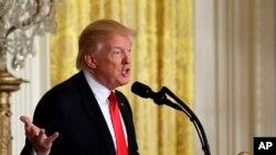 Momento en que el presidente Donald Trump anuncia que nominará a Alexander Acosta para secretario de Trabajo, jueves 16 de febrero de 2017, Sala Este de la Casa Blanca en Washington.