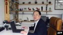 学者张祖桦在电脑前