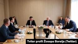 Delegacije Kosova i Srbije tokom razgovora u Briselu kojima su posredovali Žosep Borelj i Miroslav Lajčak (Foto: Tviter/profil Žozepa Borelja)