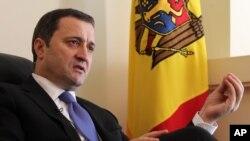 Thủ tướng Moldova Vlad Filat phát biểu trong một cuộc phỏng vấn với hãng thông tấn AP tại đại sứ quán Moldovan ở Brussels, Bỉ, ngày 27 tháng 3 năm 2012.