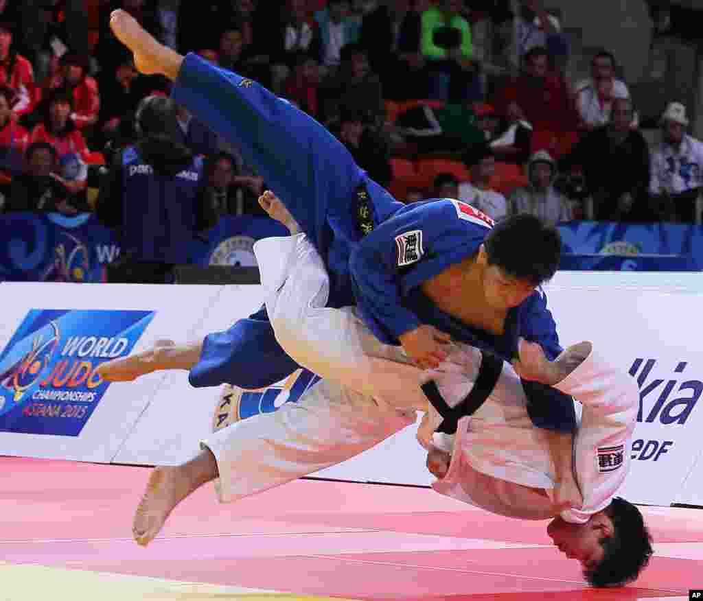 Shohei Ono dari Jepang, bawah, bertanding melawan Riki Nakaya dari Jepang pada babak final 73 kg putra di Kejuaraan Judo Dunia di Astana, Kazakhstan. Shohei Ono memenangkan medali emas.