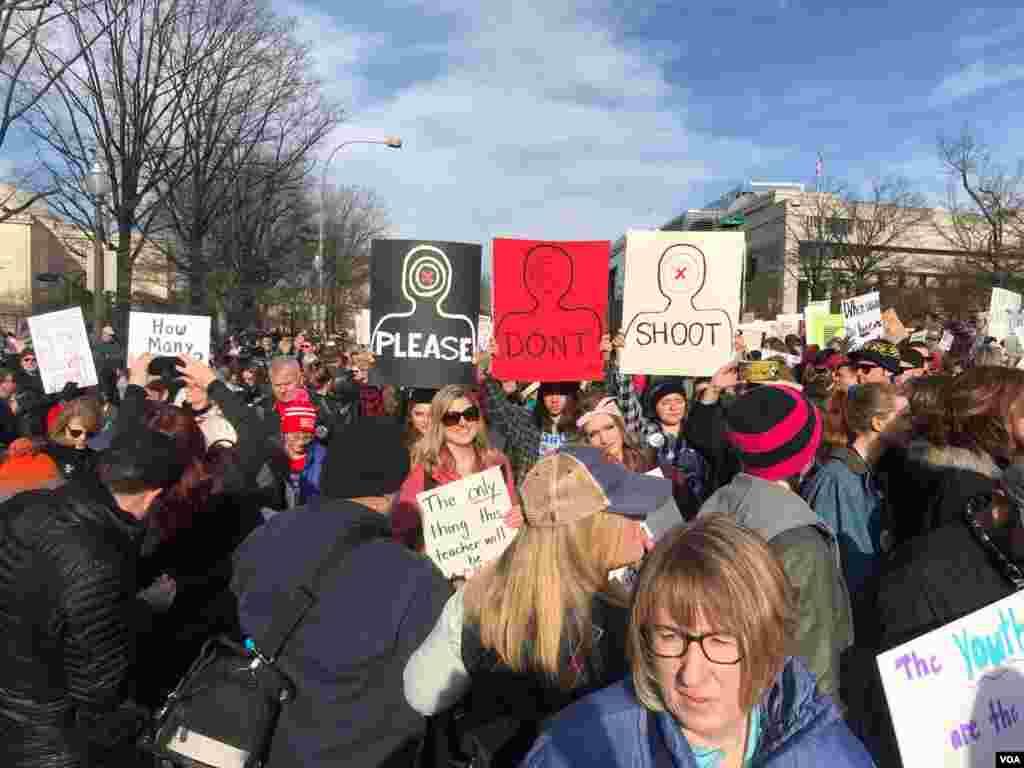 Manifestantes en Washington D.C. en la Marcha por Nuestras Vidas. Foto: VOA, División Latinoamericana.