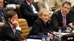 Праворуч: Андерс Фог Расмуссен та Мадлен Олбрайт та під час засідання у штаб-квартирі НАТО у Брюсселі