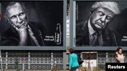 Quelques personnes se promènent près de géants portraits du président russe, Vladimir Poutine, au centre, de son homologue américain Donald Trump, à droite, et turque, Tayyip Erdogan, à gauche, à Hambourg, Allemagne, 6 juillet 2017.