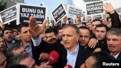 被土耳其總統埃爾多安逮捕的土耳其銷售量最大的報紙《今日扎曼報》的主編埃克雷姆.杜曼里。