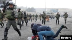 便衣的以色列安全部隊成員在一個猶太人定居點附近,拘捕一名抗議美國總統川普承認耶路撒冷為以色列首都的巴勒斯坦人