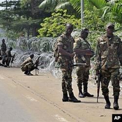 Les membres des Forces Nouvelles près du Golf hôtel, à Abidjan