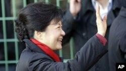 2012年12月19日韩国当选总统朴槿惠胜选后在首尔向支持者挥手致意