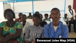 Des élèves impliqués dans la sensibilisation contre le vih dans leurs établissements, à Yaoundé, le 13 novembre 2019. (VOA/Emmanuel Jules Ntap)