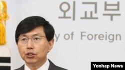 한국 외교부의 조준혁 대변인이 2일 정례브리핑에서 북한 문제에 관해 발언하고 있다.