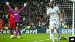 Con un solo gol del francés Karim Benzemá, en el minuto 21 de la primera parte, los blancos lograron el puntaje perfecto con 12 unidades, y se clasificaron a octavos de final, de la Liga de Campeones de Europa.