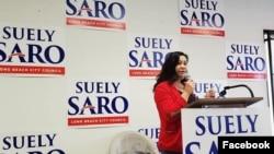 នៅក្នុងរូបថតដែលត្រូវបានបង្ហោះតាមទំព័រហ្វេសប៊ុកផ្លូវការរបស់អ្នកស្រី ស៊ូលី សារ៉ូ (Suely Saro) កាលពីថ្ងៃទី១២ ខែមករា ឆ្នាំ២០២០ បេក្ខនារីខ្មែរអាមេរិកាំងរូបនេះកំពុងថ្លែងទៅកាន់អ្នកគាំទ្រនៅឯពិធីឃោសនាបោះឆ្នោតមួយកន្លែង។