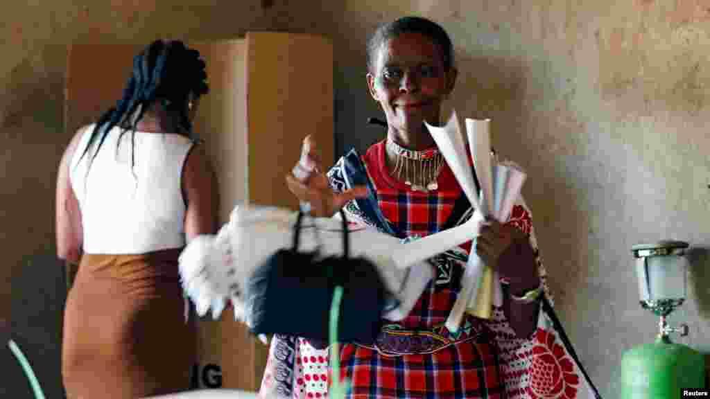 Une femme vote lors de la présidentielle dans un bureau de vote de l'école primaire d'Olepolos à Kisamis, au Kenya, le 8 août 2017.