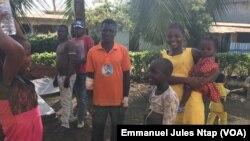 Une famille de déplacés du village Ediki désormais à Mbanga, Cameroun, le 22 avril 2018. (VOA/Emmanuel Jules Ntap)