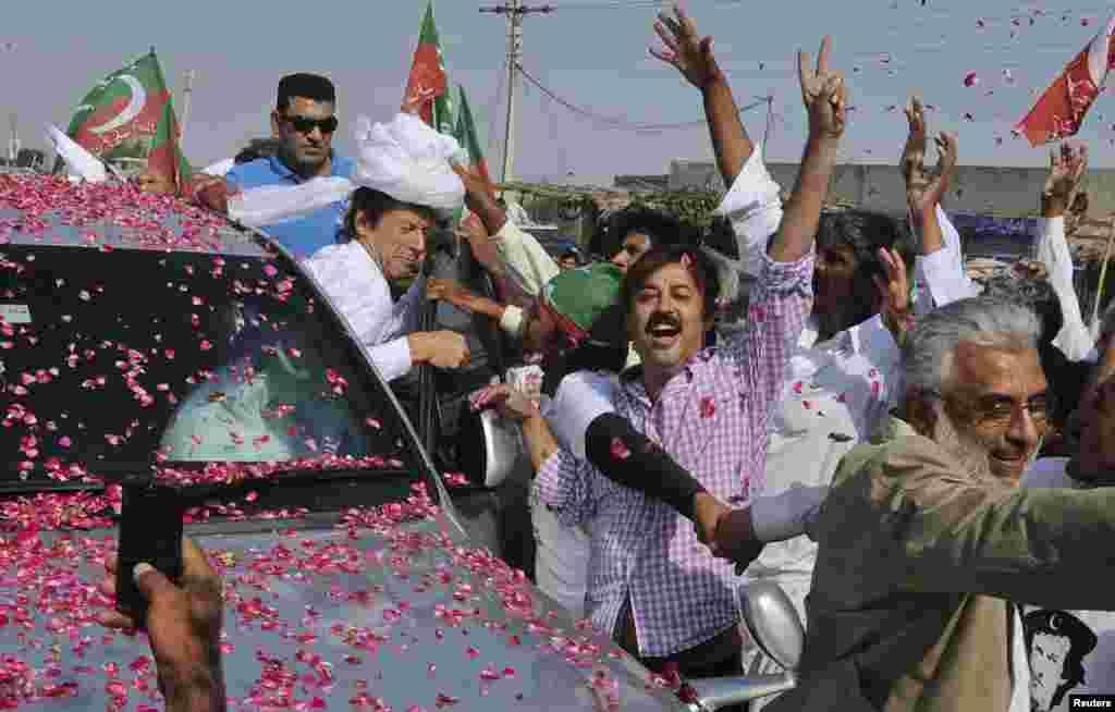کارکنان عمران خان کے حق میں نعرے لگا رہے ہیں