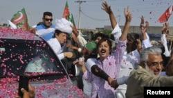 ທ່ານ Imran Khan ນັກກິລາ cricket ທີ່ກາຍມາເປັນນັກການ ເມືອງ ນໍາພາຜູ້ສະໜັບສະໜູນ ຕ້ານການໂຈມຕີທາງອາກາດ ຂອງຍົນ Drone ທີ່ບໍ່ມີຄົນຂັບ ຂອງສະຫະລັດ,