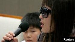 북한 정치범수용소(관리소) 출신 탈북자 김해영(33. 가명) 씨가 지난 2009년 3월 서울에서 열린 기자회견에서 북한의 인권 유린 상황에 대해 증언하고 있다. (자료사진)