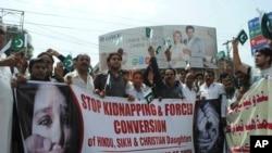 Aktivis masyarakat sipil Pakistan melakukan aksi unjuk rasa untuk melindungi gadis-gadis Hindu dalam sebuah protes di Hyderabad, Pakistan, Kamis, 4 Juli 2019. (Foto: AP)