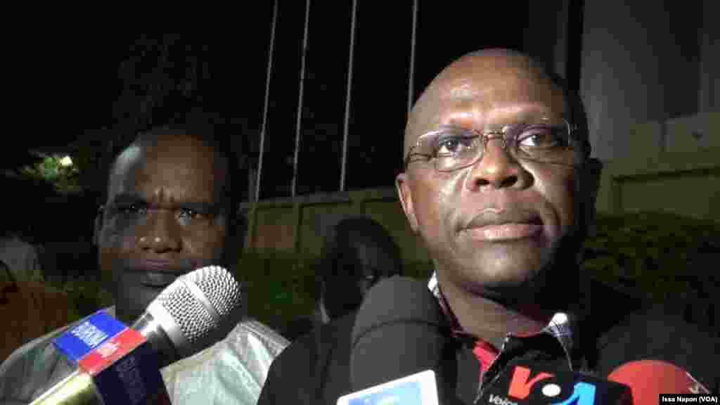 Le ministre Remi Fugance Dandjinou lors d'une conférence de presse d'urgence, à Ouagadougou, le 14 août 2017. (VOA/Issa Napon)