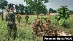 Les FACA en entrainement à Bangui, en Centrafrique, le 17 août 2018. (VOA/Freeman Sipila)