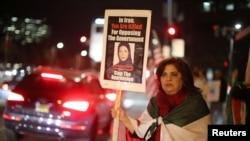 1月3日南加州洛杉磯一名伊朗裔美國人響應伊朗的抗議活動舉牌示威。