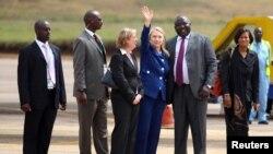 Američka državna sekretarka Hilari Klinton na aerodromu Entebe, na početku svoje posete Ugandi