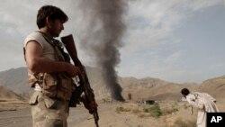 Cảnh sát Afghanistan canh gác tại hiện trường sau một vụ tấn công ở thị trấn Nangarhar. Phiến quân hồi gần đây đã gia tăng những vụ tấn công nhắm vào các lực lượng an ninh Afghanistan.