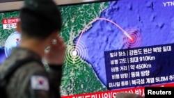 一名南韓軍人在首爾火車站觀看電視播放的有關北韓發射一名飛行物的新聞報導。(2019年10月2日)