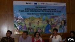 Direktur Eksekutif Hamong Santono (paling kiri), Zumrotin K. Soesilo (Yayasan Kesehatan Perempuan) tengah. Misiyah (Kapal Perempuan) dan Sekretaris Jenderal Koalisi Perempuan Indonesia Dian Kartikasari menjelaskan tentang bahaya sunat perempuan di jakart