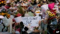 Người dân đến đặt hoa tỏ lòng thương tiếc tại một địa điểm tưởng niệm gần nhà thờ Hồi giáo Masjid Al Noor ở Christchurch, New Zealand, ngày 16 tháng 3, 2019.
