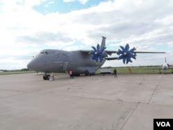 2013年莫斯科航展上展出的烏克蘭安東諾夫運輸機。(美國之音白樺攝)