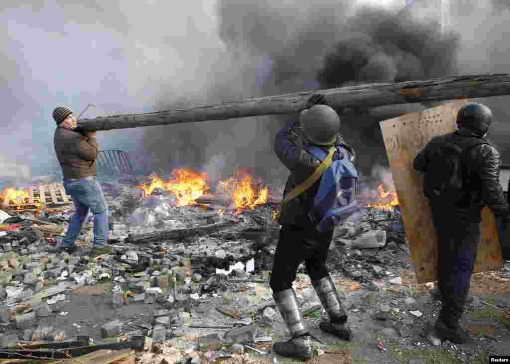 یوکرائن کے صدر وکٹر یانوکووچ نے تشدد کے تازہ واقعے کی ذمہ داری حزب مخالف کے رہنماؤں پر عائد کرتے ہوئے کہا کہ مظاہرین کو حکومت مخالف مظاہروں میں ہتھیار لانے کے لیے زور دینے والے کارکنوں نے جمہوریت کے اصولوں کی خلاف ورزی کی اور انھیں اس کے نتائج بھگتنا ہوں گے۔