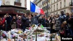 2015年11月16日巴黎恐襲現場民眾以鮮花悼念死者資料照。