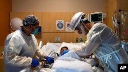 Медичні працівники з пацієнтом хворим на COVID-19 patient у лікарні Лос-Анджелеса