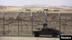 Carr blindado israelita na fronteira com o Sinai por onde imigrantes africanos tentam entrar