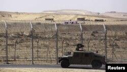 Un véhicule militaire israélien le long de la frontière avec l'Egypte, dans le Sinaï, en janvier 2014. (REUTERS/Amir Cohen)