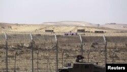 Kendaraan militer Israel di sepanjang perbatasan Mesir dan Israel di Semenanjung Sinai. (Foto: dok. REUTERS/Amir Cohen)