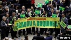 Wabunge wa Baraza Kuu wanaounga mkono kufunguliwa mashtaka rais wakikusanyika pamoja wakati bwa mjadala wa bunge. mjini Brasilia, Brazil, April 15, 2016.