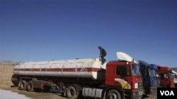 Truk-truk kosong warga Afghanistan masih menunggu pasokan BBM dari Iran di provinsi Herat, Afghanistan.