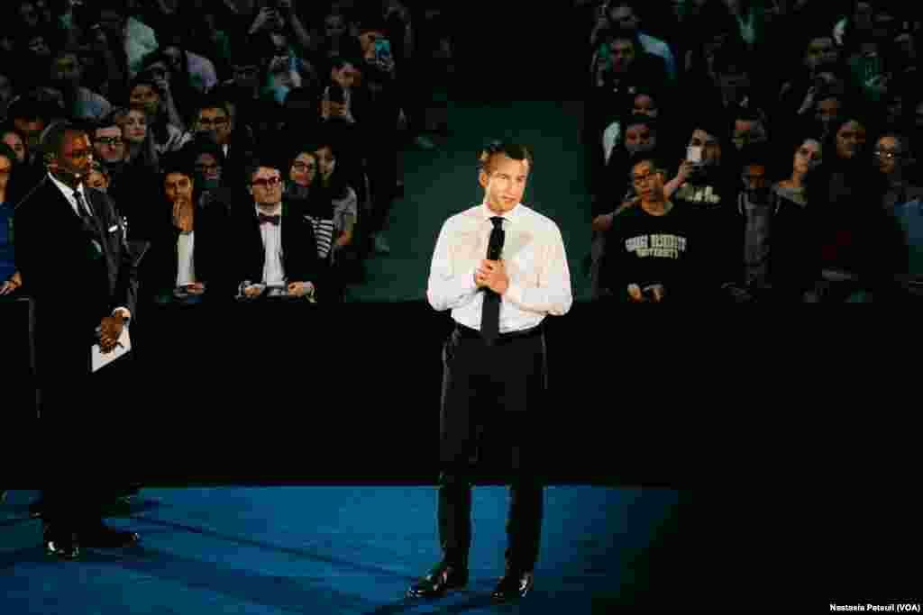 Le président français Emmanuel Macron devant les étudiants de George Washington Université, à Washington DC, le 25 avril 2018. (VOA/Nastasia Peteuil)