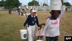 张济舵协助海地地震灾民搬运粮食