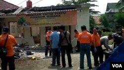 Polisi mengolah tempat kejadian perkara ledakan bom di Depok, Jawa Barat. (VOA/Andylala Waluyo)