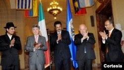 De izquierda a derecha: Diego Pary, embajador de Bolivia ante la OEA, Joel Hernández, presidente del Consejo Permanente de la OEA (México), Stephen Charles Vasciannie (Jamaica), José Miguel Insulza, Secretario General de la OEA, Albert R. Ramdin, Secretario General Adjunto. [Foto: OEA]