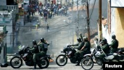 Students clash with national guards during a protest against the government in San Cristobal, Venezuela, Jan. 14, 2015.