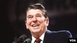 """Prezident Ronald Reyqan: """"Hökumətin iqtisadiyyata baxışını bir neçə kəlmə ilə ifadə etmək olar. Tərpənirsə, vergi tut. Tərpənməkdə davam edirsə, nizamla. Əgər dayanıb tərpənmirsə, onda subsidiyalaşdır."""""""