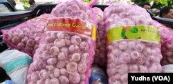 Tumpukan karung berisi bawang putih impor tampak di salah satu sudut pasar murah di Solo, Kamis, 13 Februari 2020. (Foto: VOA/ Yudha Satriawan)
