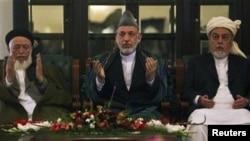 از راست به چپ: سیداحمد گیلانی، حامد کرزی و برهان الدین ربانی