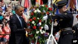26일 바락 오바마 대통령(왼쪽)이 워싱턴 인근 알링턴 국립묘지를 찾아 무명용사의 묘에 헌화하고 있다.