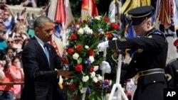 Tổng thống Hoa Kỳ Barack Obama đặt vòng hoa tại Ngôi mộ của các chiến sĩ vô danh tại tại Nghĩa trang Quốc gia Arlington ở bang Virginia, ngày 26/5/2014.